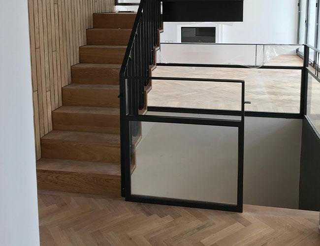 Stalen trap met houten treden